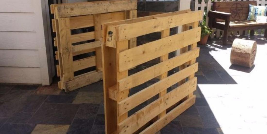 She builds 4 furnitures for her friend's terrace ... with 3 wooden pallets!