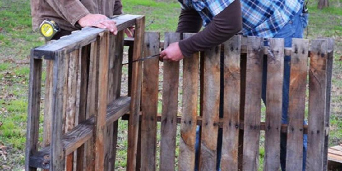 With 4 wooden pallets and a pack of zip ties, you can build an amazing accessory for your garden