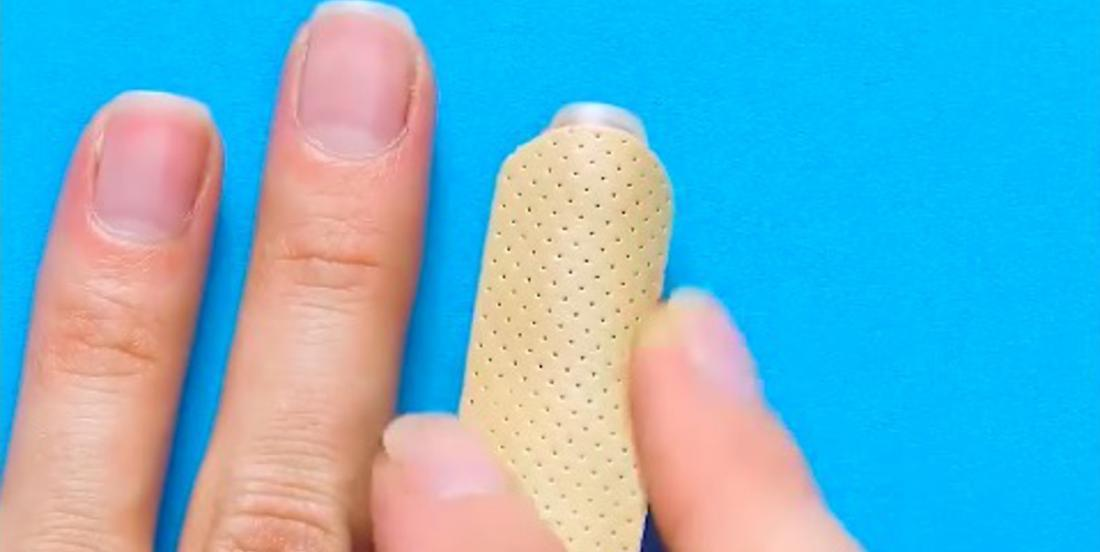 She sticks a band-aid vertically on her index finger! Her surprising tip is really effective!