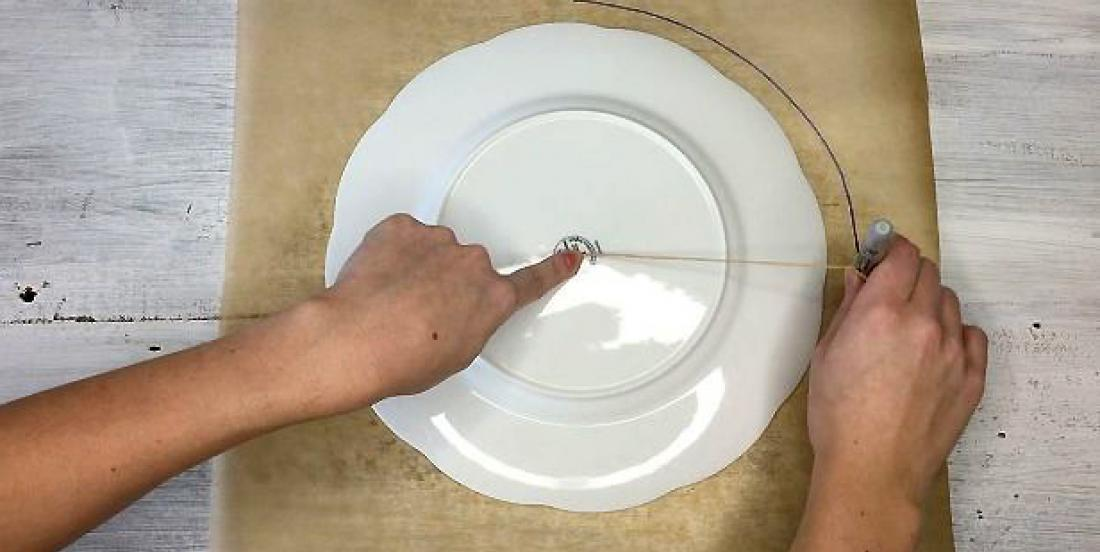 By drawing a circle on parchment paper, she makes her best friend jealous!