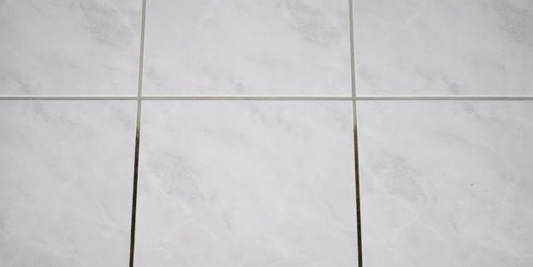 The ceramic grout joints have gone black with time? Find back their original color with a product you would not have thought of!