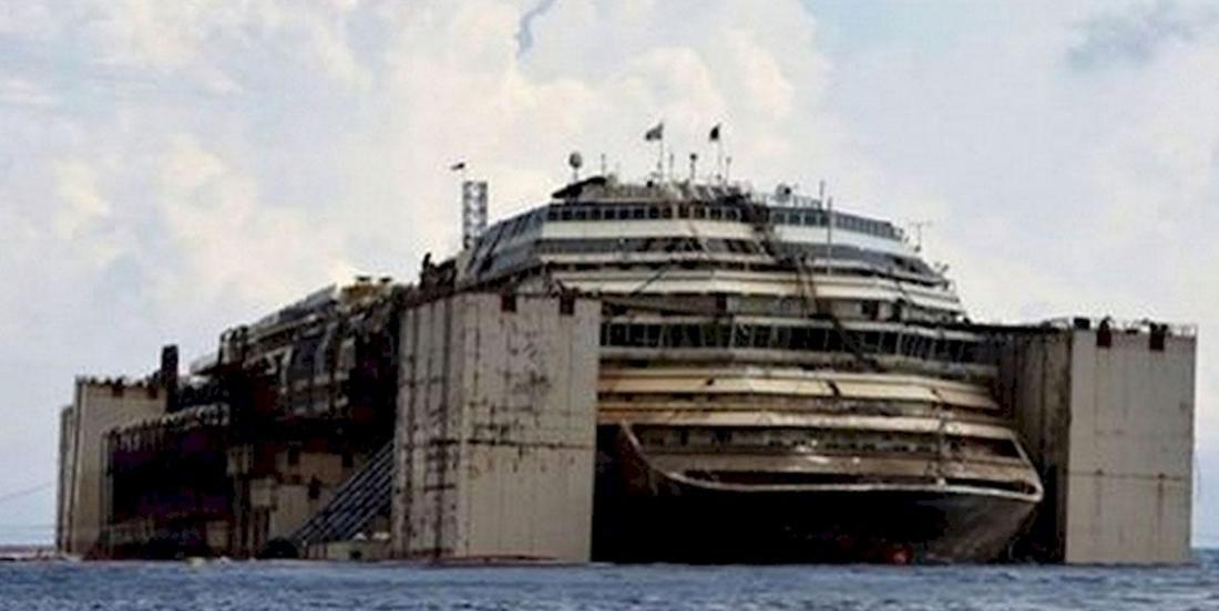 This photographer visits an abandoned cruise ship and captures some truly haunting images!