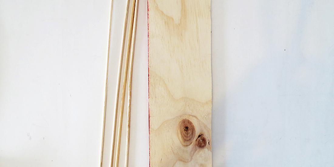 With 1 board and 4 wooden rods, she makes a decoration that also serves as storage!