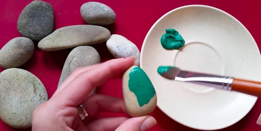 With stones that she finds during walks and that she paints, she realizes beautiful decorations!