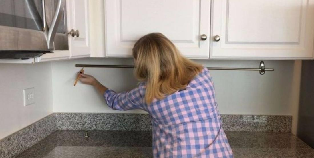 By installing a curtain rod on her kitchen wall, she adds a storage that you want to have!