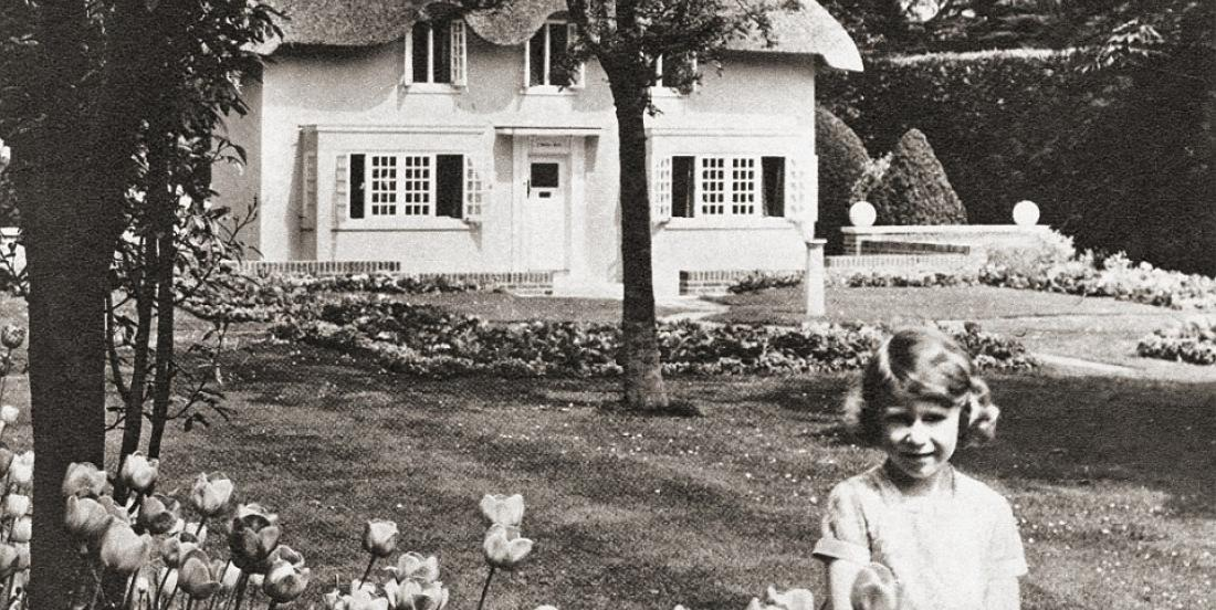 Here are unpublished photos showing Queen Elizabeth II at the age of 6, playing with her life-size dollhouse.