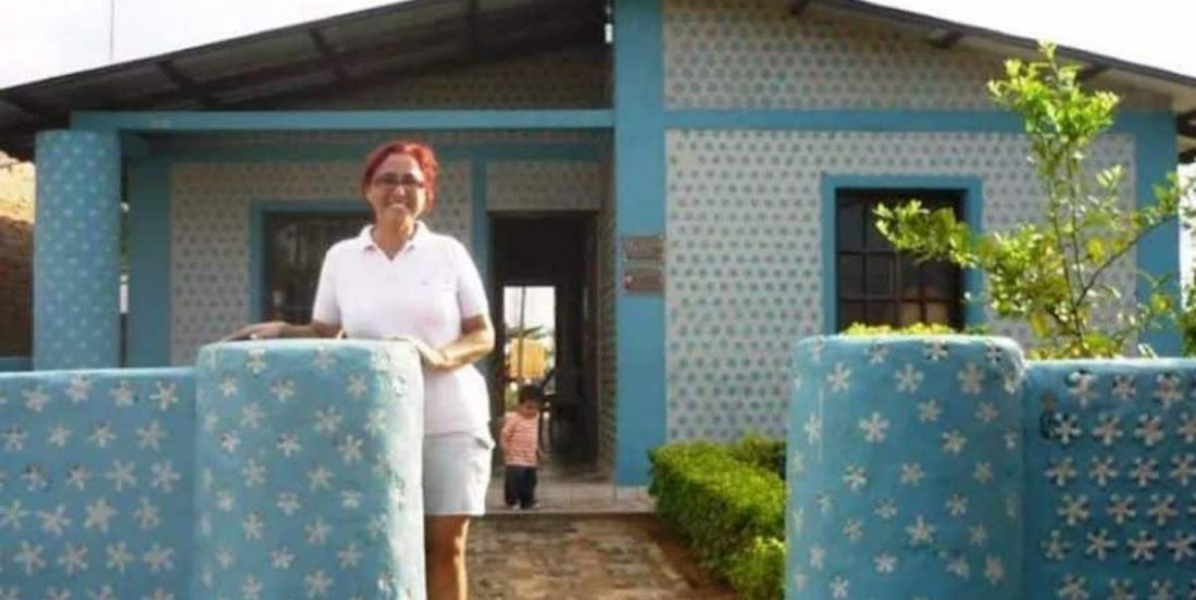 A woman builds houses made from bottles in just 20 days.