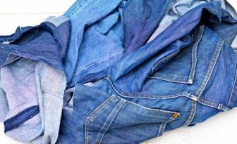 She cuts her old jeans and in just 1 hour she makes something fabulous!