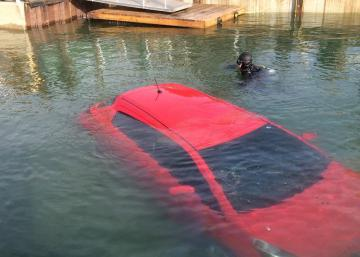 This technique to break the window of a car that dropped into the water could one day save your life!