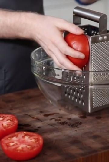He reduces a pureed tomato with a cheese grater: look at his hand when he's done!
