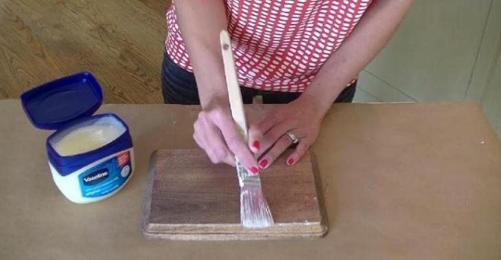 By applying vaseline on wood, she realizes an incredible painting technique!