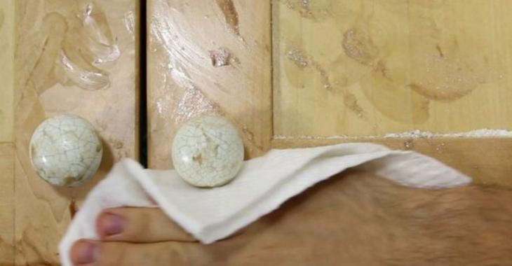 This is really the most effective way to wash kitchen cabinets ... in less than 2 minutes!