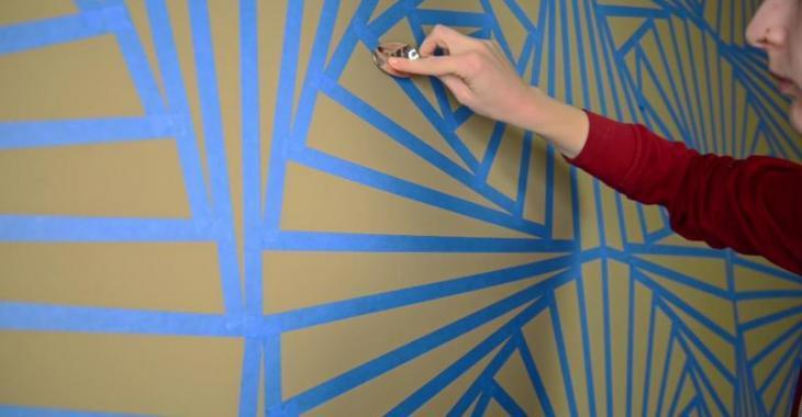 She applies adhesive tape with a spoon on her bedroom's walls and the result is absolutely stunning!
